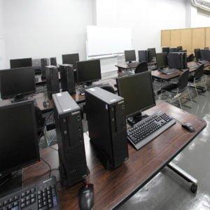 赤門会日本語言學校-電腦室
